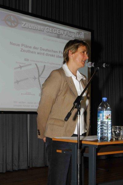 Bürgermeisterin Beate Burgschweiger begrüßt die Zeuthener Bürger.
