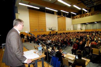 Martin Henkel, der Vorstand von Zeuthen gegen Fluglärm, stellt die Pläne der DFS vor.