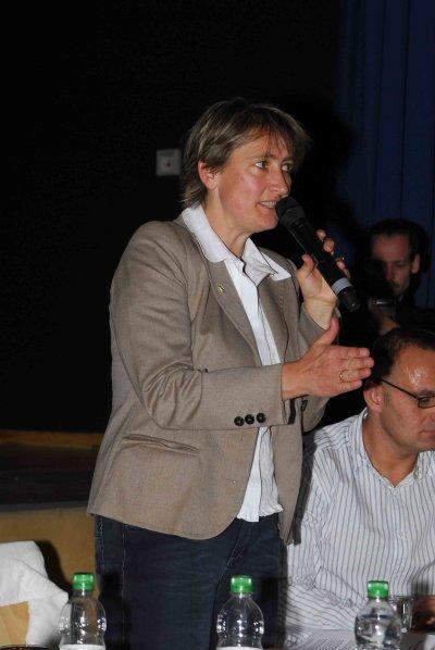 Bürgermeisterin Beate Burgschweiger moderiert die Veranstaltung in der Mehrzweckhalle in Zeuthen
