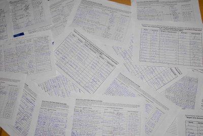 Unzählige Unterschriftenlisten füllen den Tisch in der Zeuthener Mehrzweckhalle