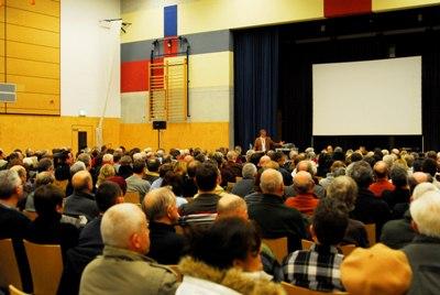 Martin Henkel eröffnet die Veranstaltung in der Zeuthener Mehrzweckhalle