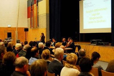 Die Bürger folgen aufmerksam den Ausführungen von Frau Burgschweiger