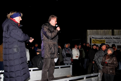 Der Vorstandsvorsitzende von BLiZ - Martin Henkel - spricht zu den Teilnehmern der Demonstration