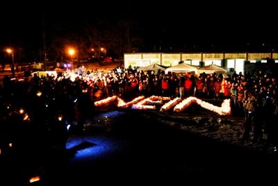Die Teilnehmer haben ein großes NEIN gegen Fluglärm mit brennenden Kerzen gebildet