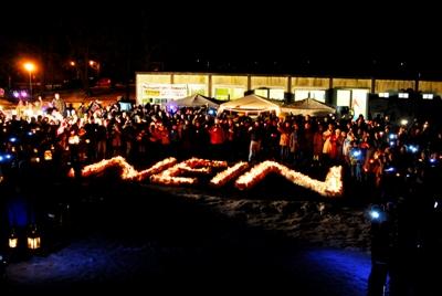 Kerzen im Schnee bilden ein großes NEIN gegen Fluglärm in Zeuthen